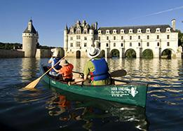 Canoe on the loire river under the arches of chenonceau castle