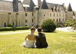 romantic couple reignac castle loire valley