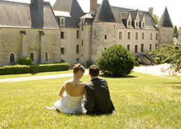 romantic couple reignac castle loire valley